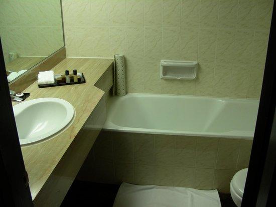 Regal Riverside Hotel: La salle de bain