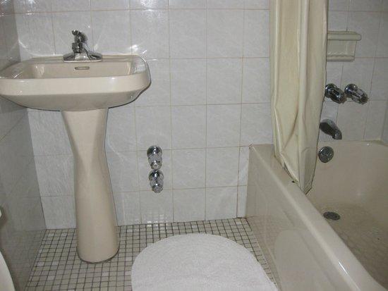 Hotel 31: Clean shared bathroom