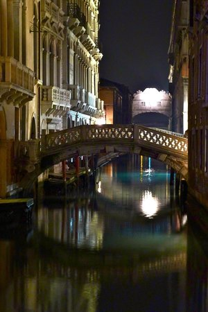 Hotel Colombina : The hotel is on this canal. This photo is from the bridge to the hotel.