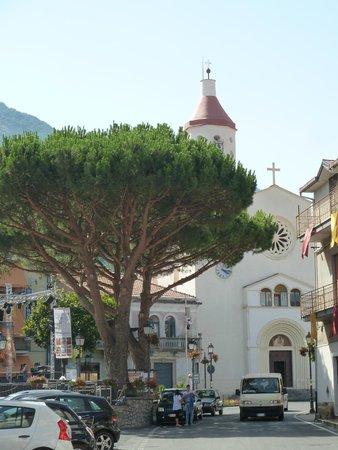 Nido Verde: Церковь на площади