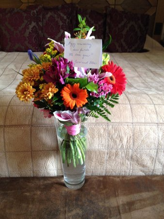 Grand Hotel Kempinski High Tatras: Flowers from our friends from South Africa provide by management,comments wrote by hand-nice!