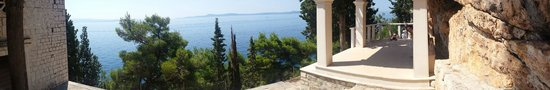 Slatine, Croácia: Stunning panoramic view from the front the church. Cool, shady, marble-built pagoda to the right