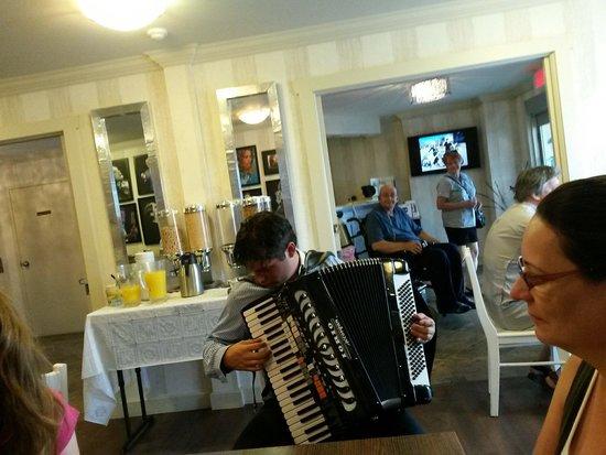 Hotel Kennedy: Accordion serenade