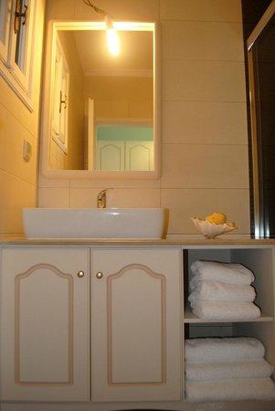 Apollonia Hotel: Bathroom