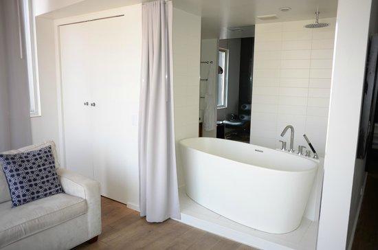 The Nolitan Hotel: open air Bath and Shower
