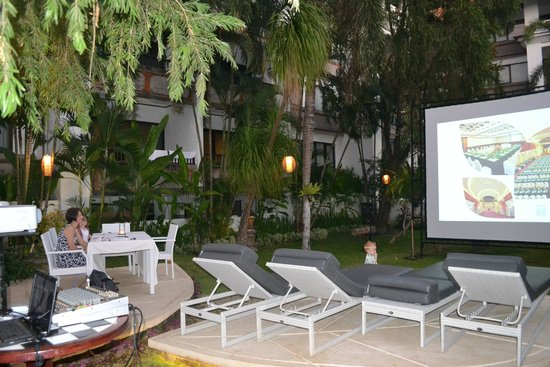 Sanur Paradise Plaza Suites : Movie them night was great. Kids had fun and food was lovely