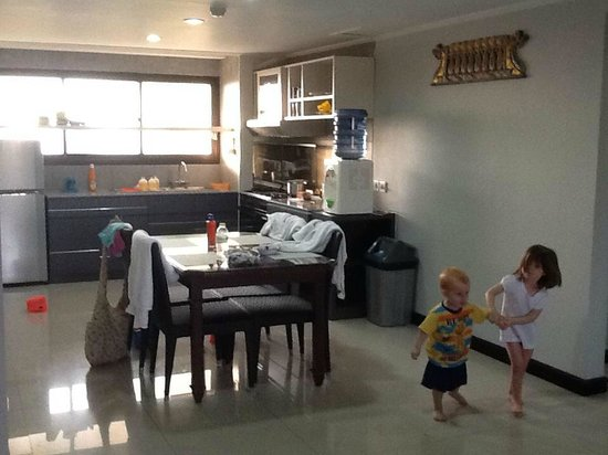 Prime Plaza Suites: Large kitchen and dining area