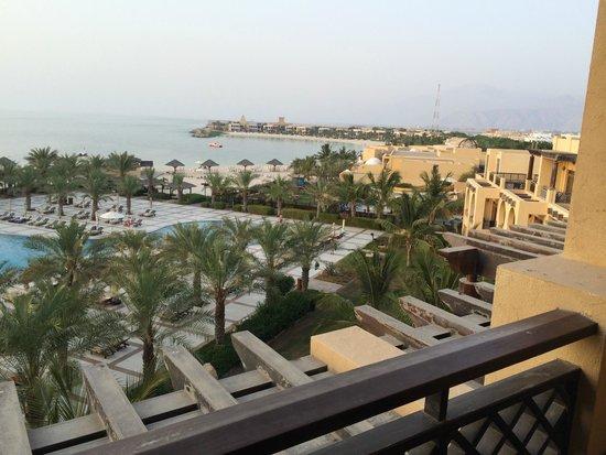 Hilton Ras Al Khaimah Resort & Spa: pool and beach on large resort grounds