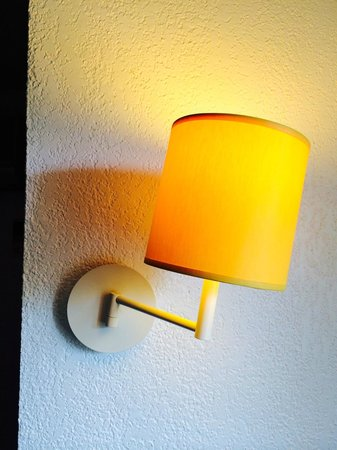 Pierre & Vacances Résidence Nice Palmiers : Wall light hung nice and straight...