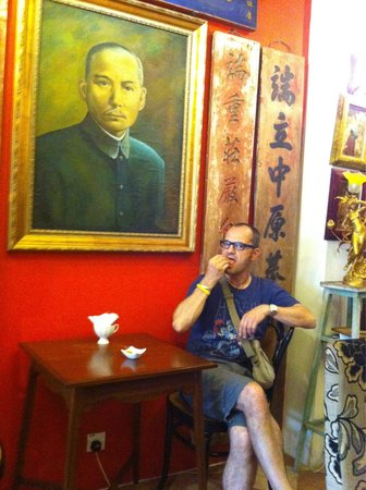 Chin Boutique Cafe: On attend en compagnie de Sun Yat Sen...