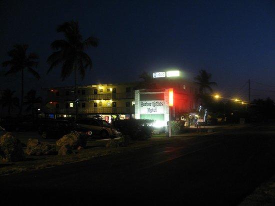 Harbor Lights Motel: Motel in the evening