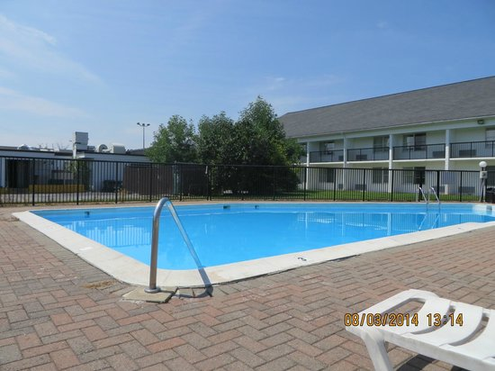 Howard Johnson Inn Bangor: A great day to be poolside!