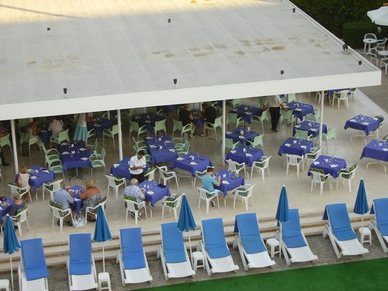 Kissos Hotel: Dinner by the pool