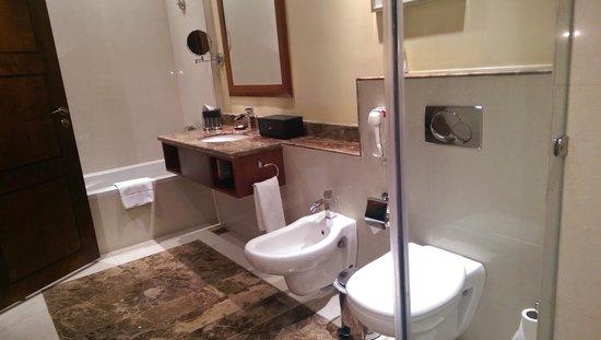 Concorde Hotel Doha: room bath