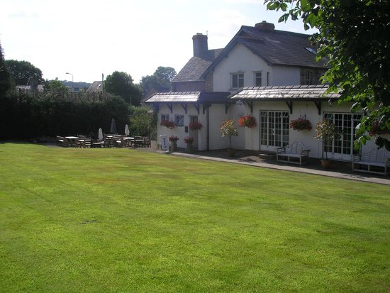 The Three Cocks Coaching Inn: Beautiful/tranquil gardens, with the slightest sound of a babbling brook at the far end.