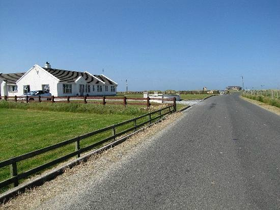 Doherty's Country Accommodation: Dohertys - showing walk to Golf Club