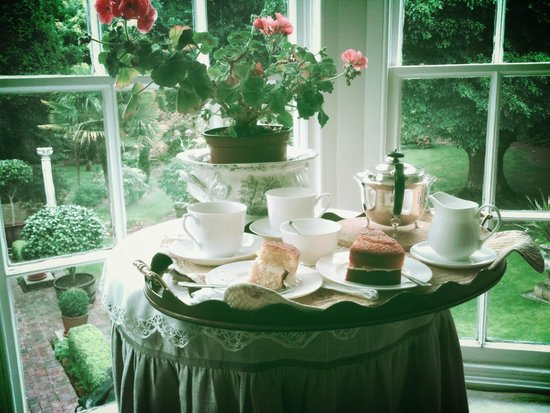 Ocklynge Manor Bed & Breakfast: greeted by tea and cake