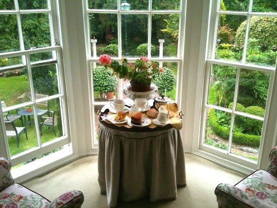 Ocklynge Manor Bed & Breakfast: over looking the garden