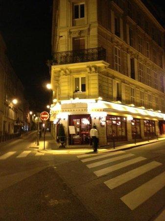 Bistro des Deux Theatres: 目立つのですぐに見つけられます。