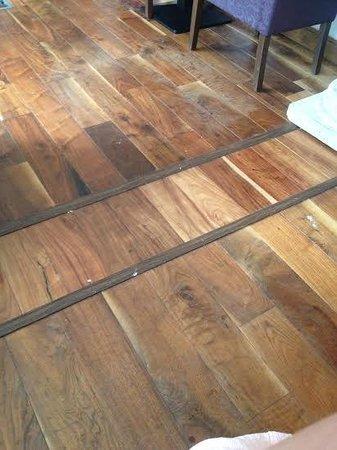 Castlemartyr Resort: Dirty & dusty floors in the restaurant