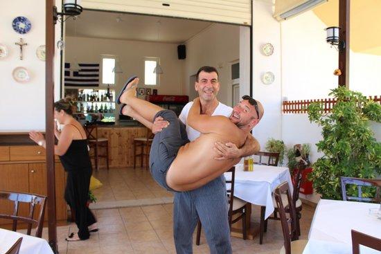 Lambi's : Шеф-повар носит своих клиентов на руках)))