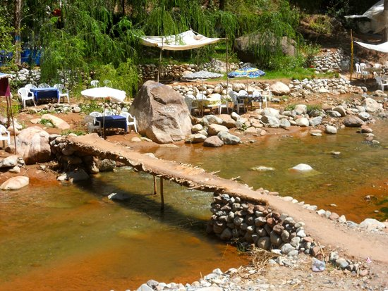 "High Atlas Mountains : Les ""restos repos"" le long de l'eau"
