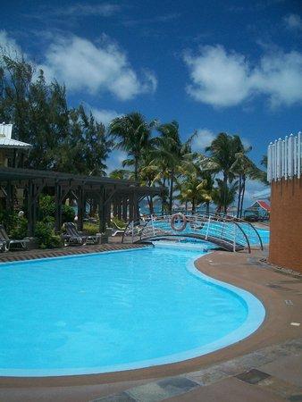 Preskil Beach Resort: Une des 2 piscines de l'hôtel