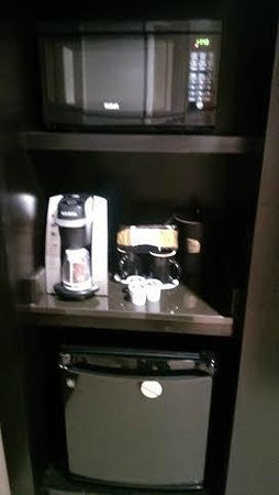 Courtyard by Marriott New York JFK Airport : Coffee maker, Microwave and Mini Fridge
