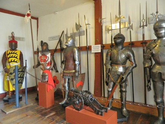 Schloss Marksburg: Rüstkammer (Armoury) - Historical Development of armour from 600 BC to 1500 AC
