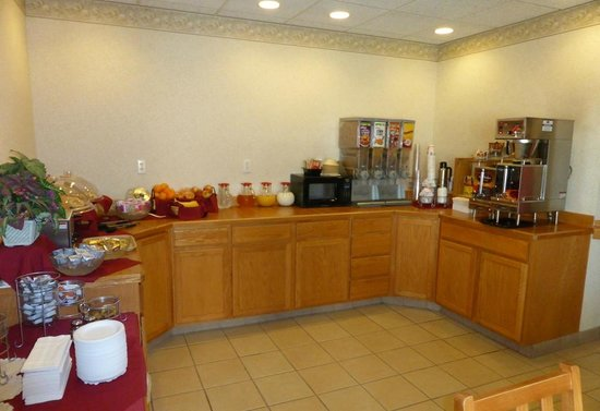 Peppermill Empress Inn: buffet with continental breakfast