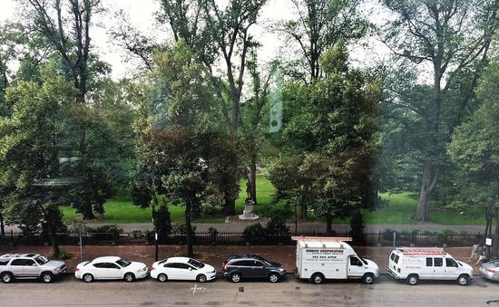 Four Seasons Hotel Boston: View of Boston Public Garden from our upgraded suite Room