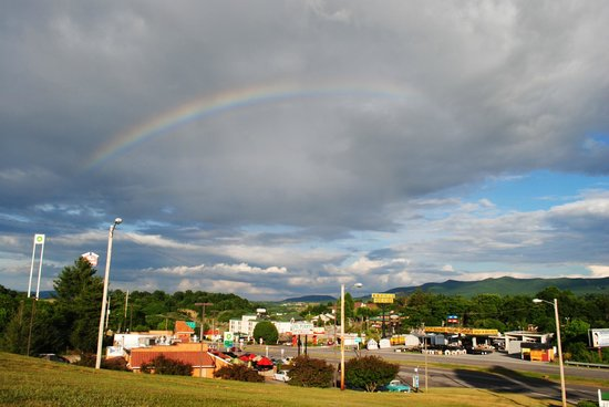 La Quinta Inn & Suites Wytheville : Hotel is just behind me.