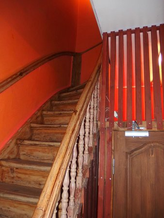 Friendly Fun Franks Backpackers Hostel: Деревянная лестница