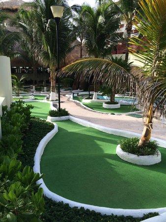 Crown Paradise Club Cancun: Mini Golf