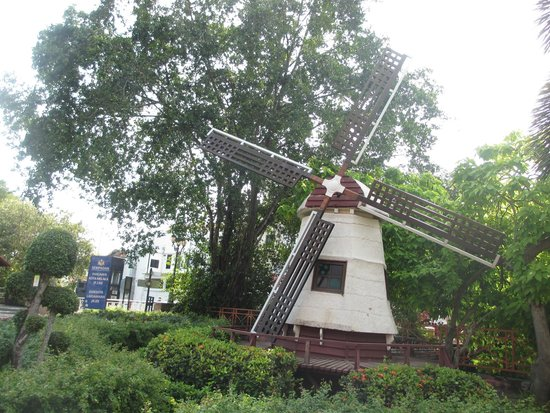 Christ Church: disampingnya juga ada kincir angin khas belanda yang menambah cantik :)