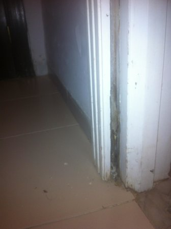 El Mouradi Djerba Menzel: dormant de porte arraché et sale