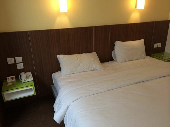 Amaris Hotel Nagoya Hill: 2 electrical point on both sides of the bed