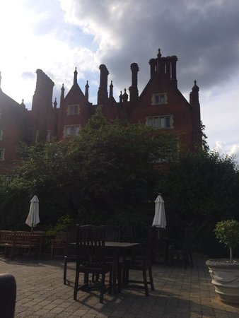 Dunston Hall: Drinks outside in the sun, perfect!