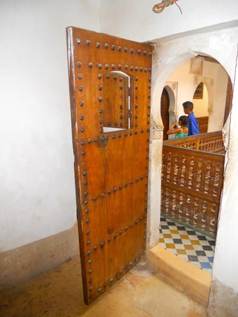 Ben Youssef Madrasa: porte d'une chambre donnant sur escaliers et corridors