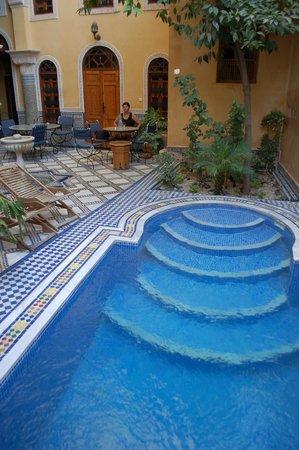 Riad Layalina Fez: courtyard pool