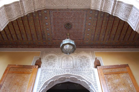 Riad Layalina Fes : decorated ceiling in courtyard