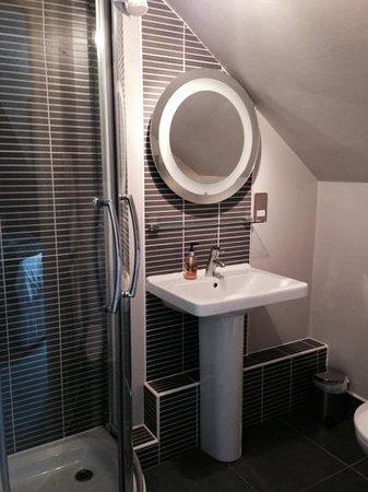 Kirklands Hotel: well designed bathroom