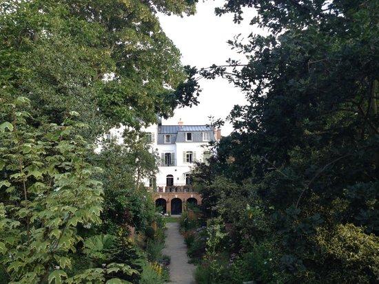 Les Tilleuls 1738: Rückansicht mit Garten