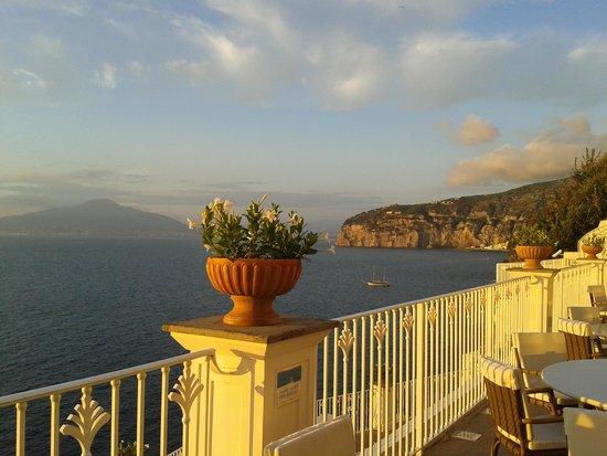Grand Hotel Riviera: zicht vanaf het terras op de baai van Napels