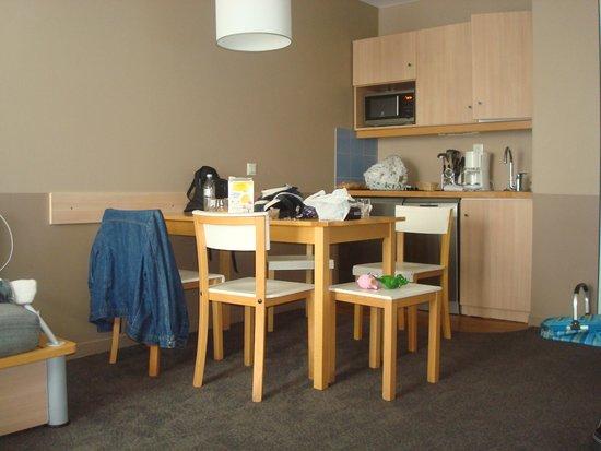 Adagio Aparthotel Val d'Europe : Kitchenette, espace repas