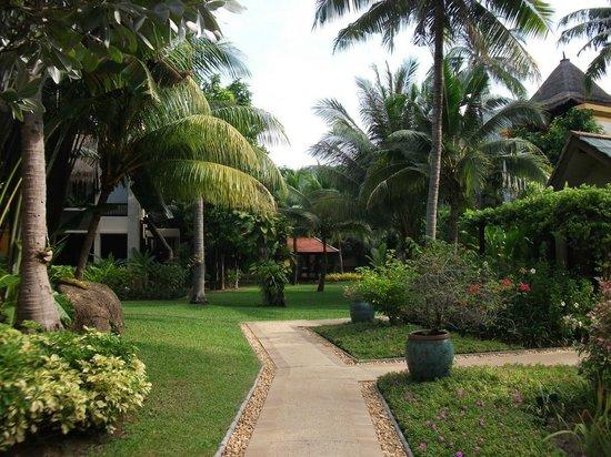 Movenpick Resort & Spa Karon Beach Phuket: Территория отеля.