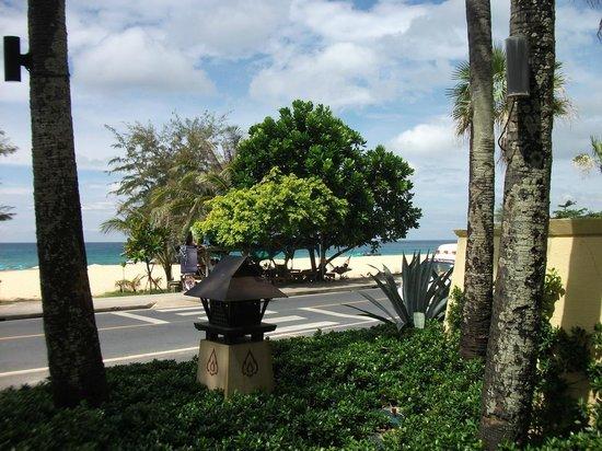 Movenpick Resort & Spa Karon Beach Phuket: Пляж через дорогу.