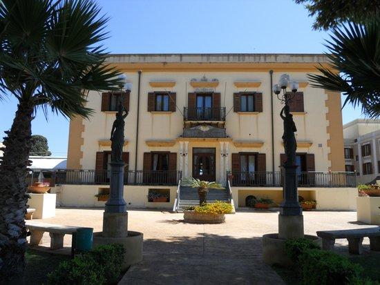 Grand Hotel Palace: Ancien hôtel fermé.
