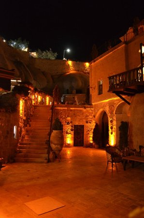 Grand Cave Suites: Night