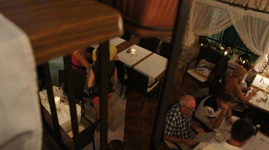 Konoba Primosten: Utsikt från våning 2 ner över restaurangen på bottenvåningen